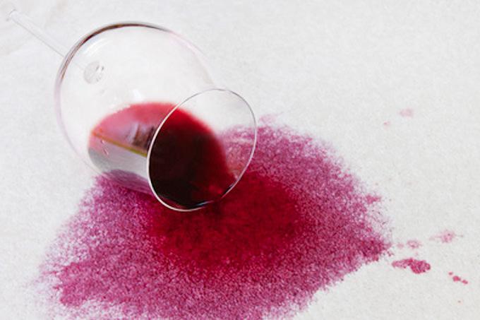 Einen Rotweinfleck auf T-Shirts entfernen
